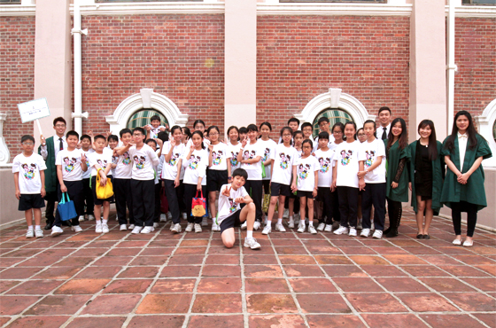 On My Way to HKU Student Buddies and a group of pupils touring Main Building. ''I hope their visit to HKU will truly help them to develop a positive attitude towards learning!'' said Anthea Chu (3rd right, in green gown; LLB Year 4).